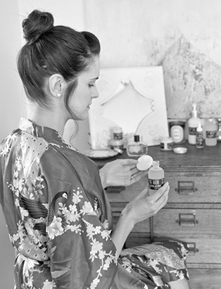 daniela belmondo applying skincare