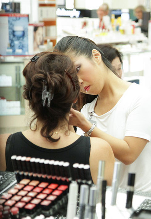 aya coulter applying makeup at dior