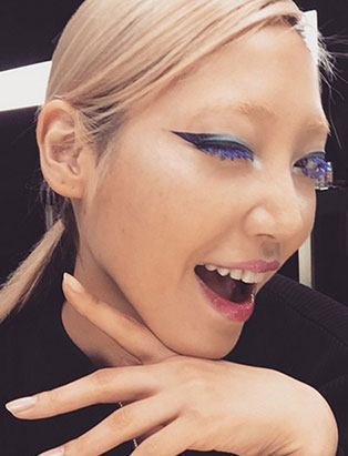 caitlyn dixon blue makeup on model soo joo winking