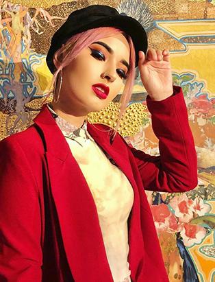 makeup graduate laura sanchez street style winged liner